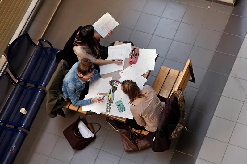 Batiment J - groupe d'étudiants autour d'une table
