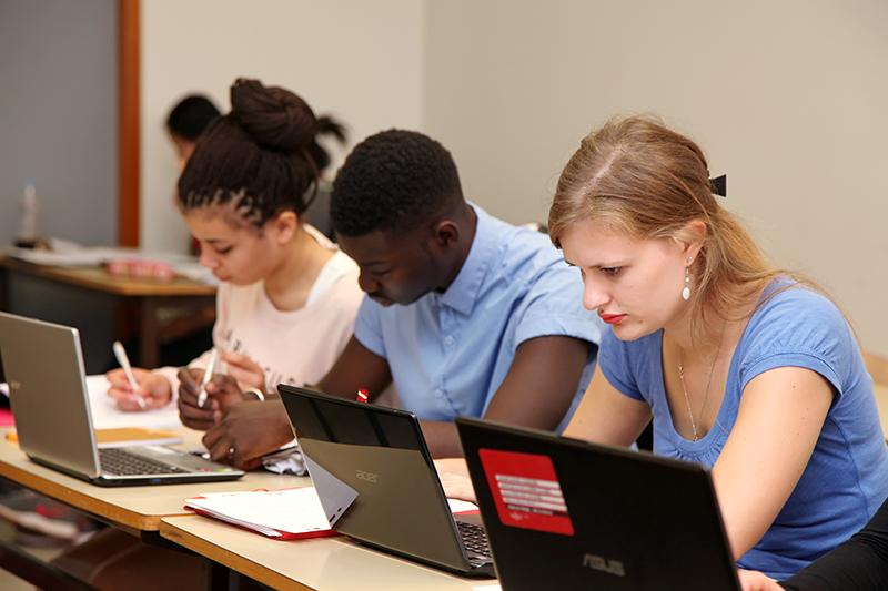 Salle de cours - Etudiants devant leurs ordinateurs